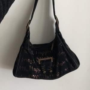 Super sött väska med tre olika fak, det får plats mycket i väskan.