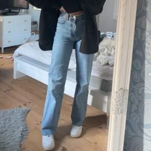 Säljer dessa supersnygga full lenght zara jeans som jag klippt för att dem ska passa mig som är 169 cm, dem går över skorna. Superbra skick och knappt använda💕 köpare står för frakten