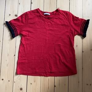 Röd T-shirt med unika ärmar från Zara Trafaluc autumn-winter 17-18✨
