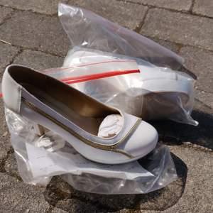 Fin klacksko i vitt läder knappt använda