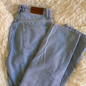 Otroligt snygga jeans från NaKd med raka ben. Perfekta färgen!! 💙 säljes pga blivit för små. Dm vid frågor!