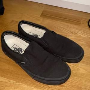 Ett par svarta vans skor knappt använda och nu för små!