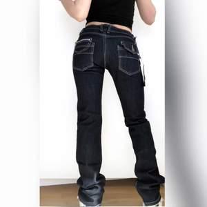 Läggs ut igen pga oseriös köpare. Fast pris! Helt Oanvända Y2k jeans med kontrastsömmar. Med tags kvar! Storleksmärkta som Strl M men mer som en S i storlek. Midjemått: 66 cm, innerbenslängd: 83 cm. Felfritt skick! + frakt 66 kr 💫 Se även mina andra annonser, jag samfraktar gärna 💫