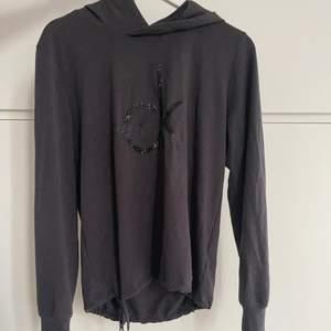 Grå tunn hoodie från Calvin Klein. Eftersom den är tunn är den perfekt att träna i men går såklart att ha närsomhelst. Storlek S men skulle säga att den passar xs-m
