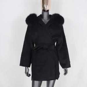 Säljer min fina kashmir kappa i svart färg! Aldrig använd då jag beställde i fel storlek, har super fin päls till luvan. Storlek S! Buda privat eller här under!! 🥰