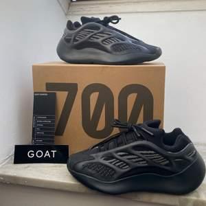 Ett par Yeezy 700 v3 Alvah i storlek 40,5. 100% äkta då de är verifierade och köpta från GOAT. Nya kostar runt 400$ till 450$ på StockX och GOAT. Vid frågor eller fler bilder är det bara att kontakta. 💞 Frakt ingår 📦