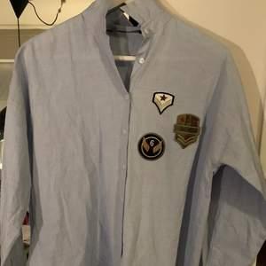 Oversized skjorta från Zara storlek S. Ljusblå längre bak