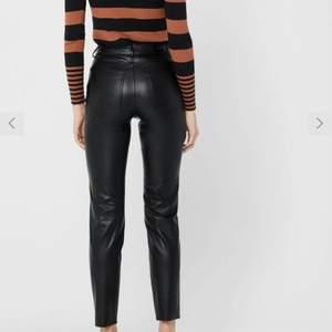 Säljer mina helt nya leather byxor då jag råkade beställa två par och det är försent att lämna tillbaka. De är helt nya, med prislappen kvar.  Tänker mig minst 200kr då de kostar 450kr plus frakt egentligen och det är helt nya. Kom privat för frågor osv. 💛✨