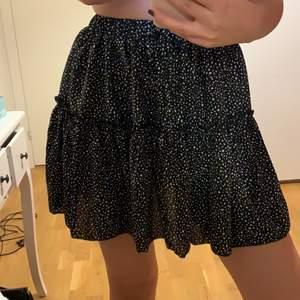 Superfin svart kjol med vita prickar. Aldrig använd. Jag är 165 cm lång och frakt tillkommer 💕