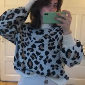 Mysig stickad leopard tröja. Vet inte rikigt vart den är ifrån men tror den är ifrån Madlady. Står inte heller storlek men jag skulle säga att den är i storlek S men är lite oversized (den har puffiga ärmar)✨✨
