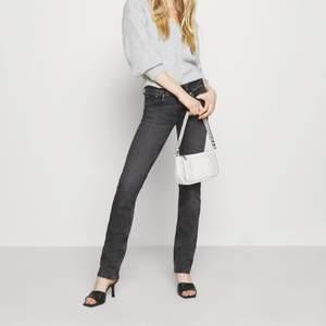 Gråsvarta lågmidjade jeans från Pepe Jeans i storlek 27x32