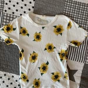 Sååå söt croppad vit t shirt med solrosor! Inköpt 2019 i Berlin för 350kr(!!!) på UO, aldrig använd pga inte min stil!💕💕💕 passar XS/S!!🥰🥰 priset är exklusive frakt!!