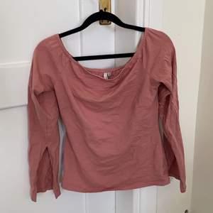 En off shoulder tröja i en rosa färg med slits i varje arm i ny skick, endast provad. Den är ifrån nelly.