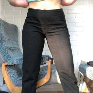 Super sköna svarta kostymbyxor köpta second hand. Jag är 162 och de passar bra i längd på mig, är en 36/38 i byxor och på mig sitter de bra🤎köparen står för frakt, PM för frågor