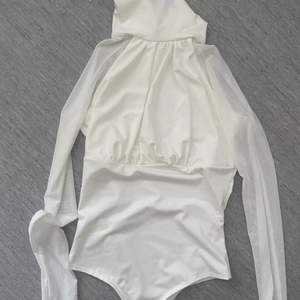 Body från fashionnova, aldrig använd har fortfarande prislapp kvar. Storlek xs passar s. Vid frågor kontakta mig privat.