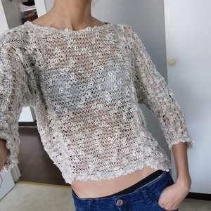 Här är en tunn stickad tröja som passar väldigt bra till sommar och vår. Sen kan man ju klart ha den på hösten och vintern om man tycker att det passar också 👌🏼.