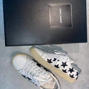 Säljer mina saint Laurent skor pga att de inte passar mig helt! Så de är använda endast 2 gånger vilket är väldigt bra skick! Box ingår, köpta i Paris för ca 4500kr! Kan fraktas eller mötas