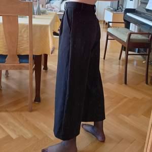 Ett par svarta byxor från Monki och tjockt, mjukt tyg. Fint skick, knäppes med dragkedja och knapp där fram. Storlek 32/XS! Nypris 400 kr