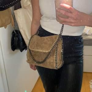 Säljer min Stella McCartney inspirerade väska i beige! Såååå fin och trendig!! Mellan modell, beige färg samt mörk stål kedja!! Buda privat!!