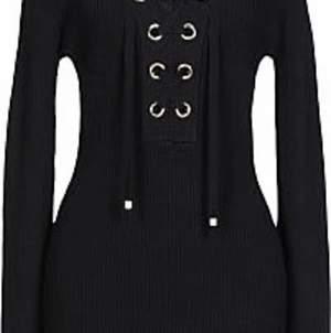 En svart stickad klänning med snörning. Hade ej någon bra bild så tog en bild från hemsidan.