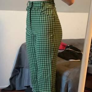 älskar dessa byxorna så mycket! men de är för små på mig :( använd bara en gång köpt för 500