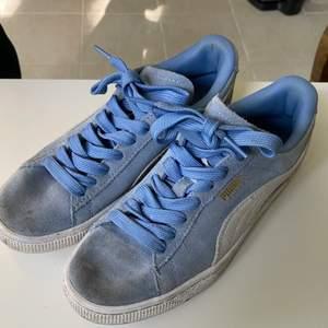 Blåa puma skor. Lite smutsiga där framme, som man ser, men går att tvätta i vanlig tvättmaskin! Kan mötas i Stockholm 🥰