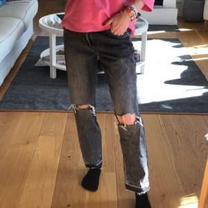 """Säljer dessa jättesnygga lågmidjade jeans från HM. Modellen heter """"girlfriend fit low waist"""" och är raka nertill. storlek 26 (jag har 34 i vanliga jeans) Jeansen är i bra skick."""