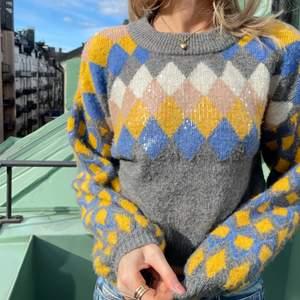 Så snygg stickad tröja med längre ärmar och kortare nedtill från Zara!💛