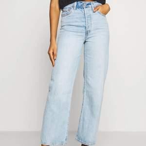 Intressekoll på dessa sjukt snygga Levis jeansen. De är i modellen ribcage straight ankel och endast använda ett fåtal gånger. Köpare står för frakt🥰