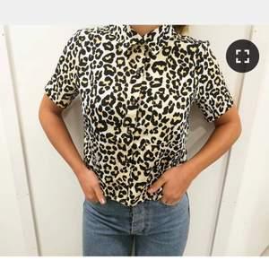 Snygg leo skjorta från bikbok 🐆 har dessvärre inte kommit till användning för mig :( alltså som ny! I storlek S, den har en ficka på ena sidan fram. 100 kr inkl frakt