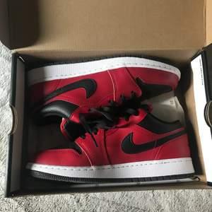 Säljer nu av mina par Jordan low breda i storlek 40! Box ingår samt 23 papperet. Använda 3ggr för att vara exakt. 1100