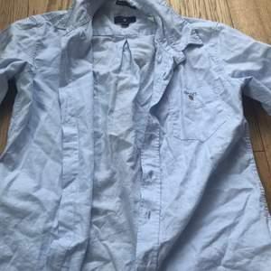 Ljusblå gant skjorta. I storlek 146/152 men passar även större. Knappt använd.