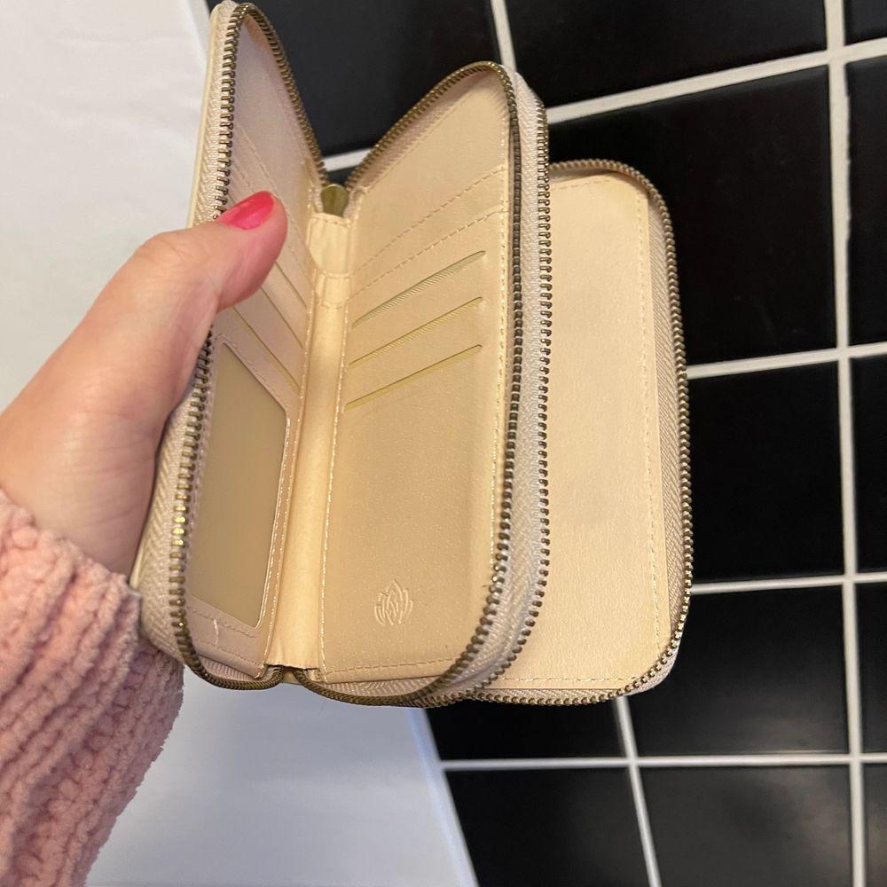 Plånbok som man kan även användas som plånbok till en mobil. frakt ingår. skick fint skick. . Accessoarer.