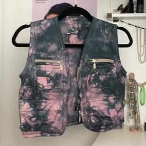 Kort tie dye väst med fickor, knappar och dragkedjor fram. Från Urban Outfitters reworked kollektion. Har tiedyed själv i svart och ljusrosa, se passform på sista bilden.