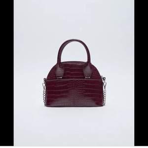 Säljer denna super populära väskan från zara!!🤩som är slutsåld över allt!!😳kommer inte till användning för mig och därför säljer jag den:( nypris 229kr mitt pris 100kr! Först till kvarn!!😍