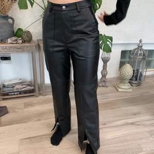 Super fina läderbyxor från Angelica bäck x nakd. Använda endast två gånger och passar till nästan allt! Perfekta nu för sommaren! Säljer dem då de inte sitter super bra på mig! 🤍🤍