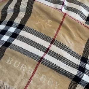 Jätte fin Burberry halsduk/scarf fick den i julklapp men kommer inte till användning! Kan inte vara helt säker på om den är äkta eller inte då jag inte har något äktehetsbevis, därav priset.🥰
