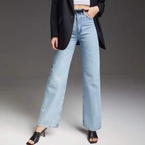 Super snygga trendiga jeans i ljusblå färg. De är dock otroligt små i midjan och hade uppskattat storleken till s i midjan. Jag har i vanliga fall M. Byxorna är i bra skick och använda 2 gånger 🥰 pris går att diskutera