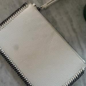 Superfin clutch som jag tror är från Mango och påminner mycket om Stella MCCartneys design på hennes väskor. Inköpt för längesen så den finns inte att få tag på någonstans!😌