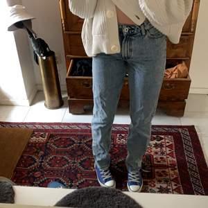 Blåa raka jeans från ASOS, w28 men jag har vanliga fall w26 och de passar bra, jag är 173 så de är långa💕 de är inte så vida men väldigt snygga och inte mycket använda