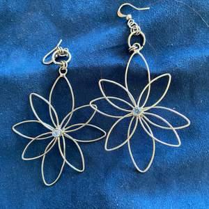 Fina örhängen blommorna ha en fin kristal i mittten, pris inkl frakten