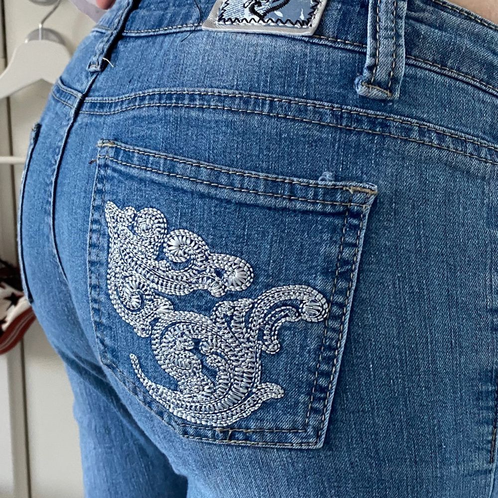 Skitfina lågmidjade jeans med mönster på fickorna (jag är 174cm) . Jeans & Byxor.
