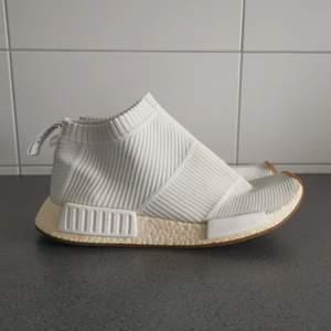 Jättefina adidas skor i storlek 43 1/3. Skick 7/10! Denna storlek kostar runt 3000kr på StockX då de är slutsålda över allt. Det är bara att komma med bud, högsta budet vinner.