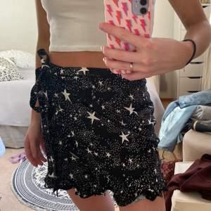 Svart slutsåld omlott kjol med stjärnor från Motel rocks!💞  Passar mig som är XS men står storlek L , storleken går att reglera eftersom den är omlott!✨ Nypris 450kr✨