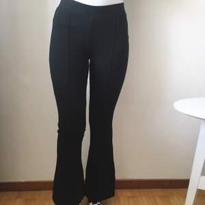 Tights byxor med utsvängda ben💕 Bra skick!💗 Syrran på bilden är 160cm🌸 Byxorna är köpta från barnavdelningen och är storlek 158, alltså ett S eller XS🌸