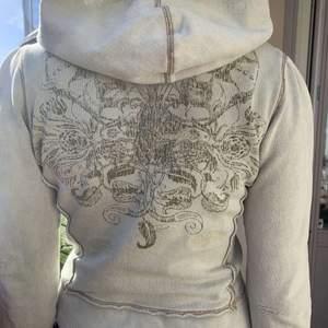 INTRESSEKOLL , en JÄTTE SNYGG zip up hoodie som inte kommer till så mycket användning. Jätte snygga detaljer!!