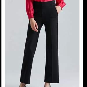Intressekoll på dessa svarta, snygga kostymbyxor från märket STOCKH LM. Knappt använda, så i nyskick. Skriv gärna om du har några frågor och om du är intresserad🥰🥰 nypris ca 700kr