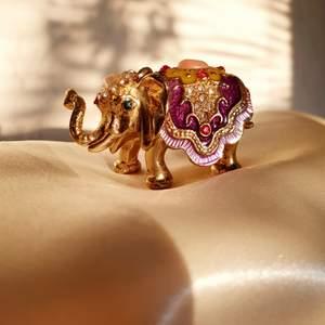 💛FÖRST TILL KVARN💛 En liten jättesöt & dekorativ elefant. Köpte den som en souvenir från Dubai😍 Guldfärgad järn, täckt av pärlemor, små kristaller & drag som påminner om kulturen. Som en liten ask avsedd för små örhängen vid nattduksbordet, eller som dekoration✨Vill bli av med ASAP! 💕 Frakt: 30kr