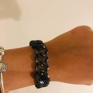Hej! Säljer denna vackra armband köpt i Thailand✨Säljer den pågrund av att den har blivit för stor för mig på grund av några vikt ändringar💕Den är både stilren men samtidigt lite mer festligt till din outfit🌸OBS! Köparen betalar för frakten😊