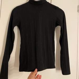 En svart turleneck🖤 den är i mellan tunt/tjockt material. Den är i storlek M men passar absolut inte i M, utan mer XS/S🤍